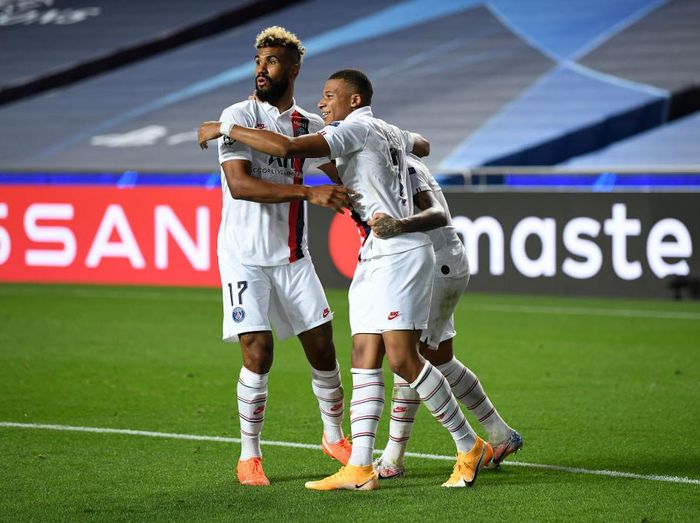 LISBON, PORTUGAL - AUGUST 12: Eric Maxim Choupo-Moting of Paris Saint-Germain celebrates with Kylian Mbappe and Neymar after scoring his teams second goal during the UEFA Champions League Quarter Final match between Atalanta and Paris Saint-Germain at Estadio do Sport Lisboa e Benfica on August 12, 2020 in Lisbon, Portugal. (Photo by David Ramos/Getty Images)