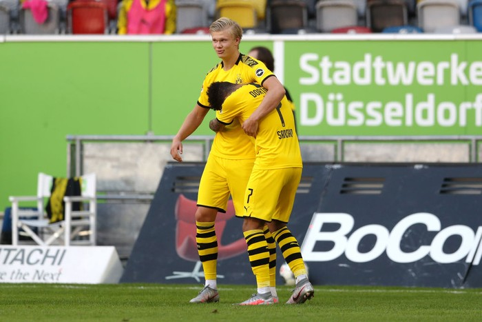 DUESSELDORF, GERMANY - JUNE 13: Erling Haaland of Borussia Dortmund celebrates scoring a goal with team mate Jadon Sancho during the Bundesliga match between Fortuna Duesseldorf and Borussia Dortmund at Merkur Spiel-Arena on June 13, 2020 in Duesseldorf, Germany. (Photo by Lars Baron/Getty Images)