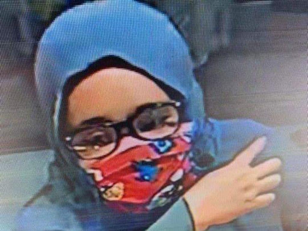 Terekam CCTV, Begini Aksi Perempuan Curi Gelang Toko Emas di Polman