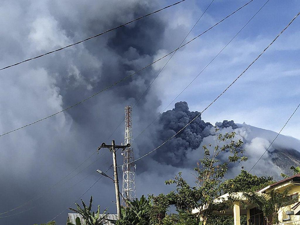 Gunung Sinabung Erupsi Keempat Kali Hari Ini, Kolom Abu Capai 4,2 Km