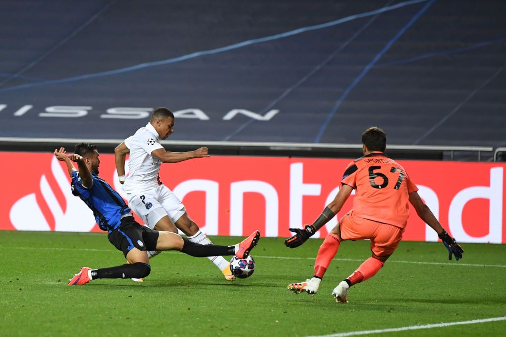 LISBON, PORTUGAL - AUGUST 12: Kylian Mbappe of Paris Saint-Germain shoots as Marco Sportiello of Atalanta attempts to save during the UEFA Champions League Quarter Final match between Atalanta and Paris Saint-Germain at Estadio do Sport Lisboa e Benfica on August 12, 2020 in Lisbon, Portugal. (Photo by David Ramos/Getty Images)