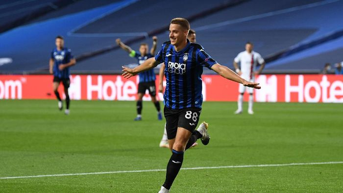 LISBON, PORTUGAL - AUGUST 12: Mario Pasalic of Atalanta celebrates after scoring his teams first goal during the UEFA Champions League Quarter Final match between Atalanta and Paris Saint-Germain at Estadio do Sport Lisboa e Benfica on August 12, 2020 in Lisbon, Portugal. (Photo by David Ramos/Getty Images)