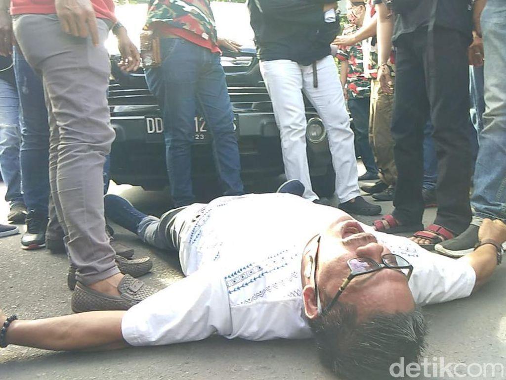 Perjuangan Andi di Sulsel Pindahkan Makam Istri, Kali Ini Baring di Jalan Raya