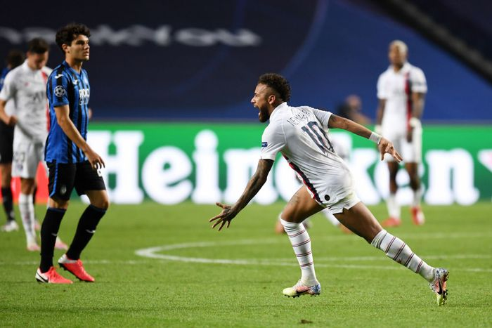 LISBON, PORTUGAL - AUGUST 12: Neymar of Paris Saint-Germain celebrates victory after the UEFA Champions League Quarter Final match between Atalanta and Paris Saint-Germain at Estadio do Sport Lisboa e Benfica on August 12, 2020 in Lisbon, Portugal. (Photo by David Ramos/Getty Images)