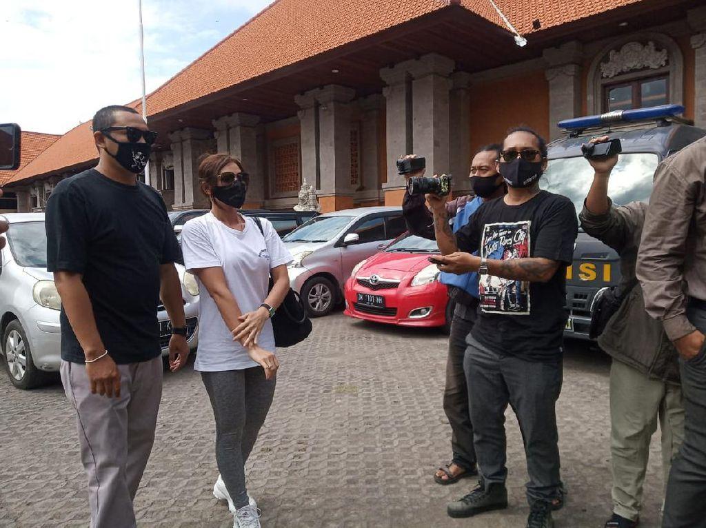 Jenguk Jerinx di Polda Bali, Nora Alexandra Bawakan Buku-Nasi Hainan