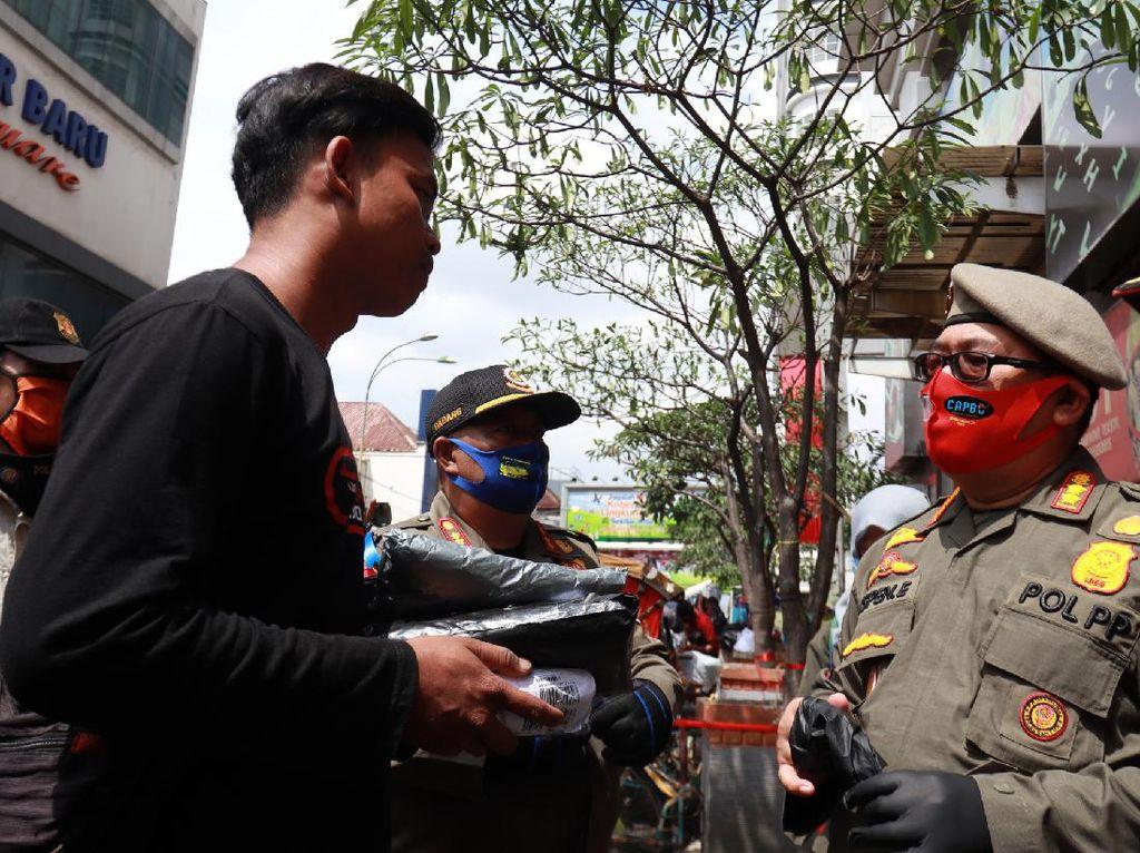 Tak Pakai Masker, Warga Bandung Dihukum Nyanyi Lagu Nasional