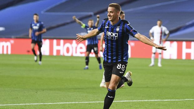 Atalanta's Mario Pasalic celebrates after scoring his team's first goal during the Champions League quarterfinal match between Atalanta and PSG at Luz stadium, Lisbon, Portugal, Wednesday, Aug. 12, 2020. (David Ramos/Pool Photo via AP)