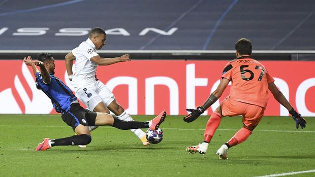 PSG's Kylian Mbappe, centre, attempts a shot on goal during the Champions League quarterfinal match between Atalanta and PSG at Luz stadium, Lisbon, Portugal, Wednesday, Aug. 12, 2020. (David Ramos/Pool Photo via AP)