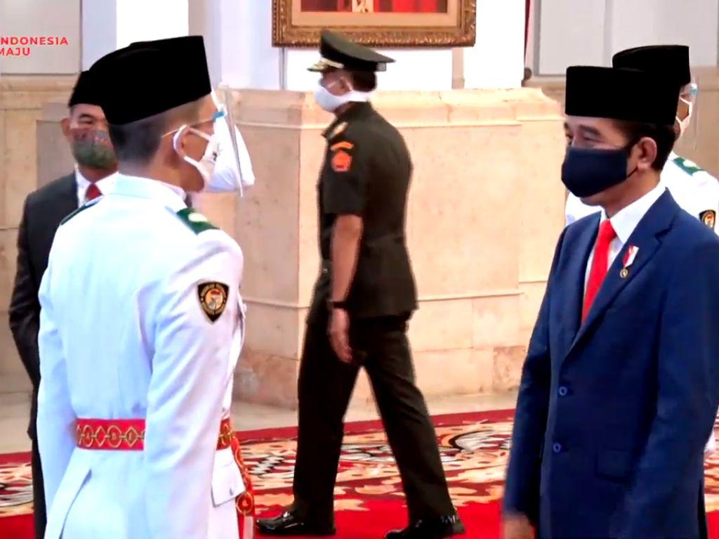Momen Jokowi Kukuhkan Delapan Anggota Paskibraka 2020