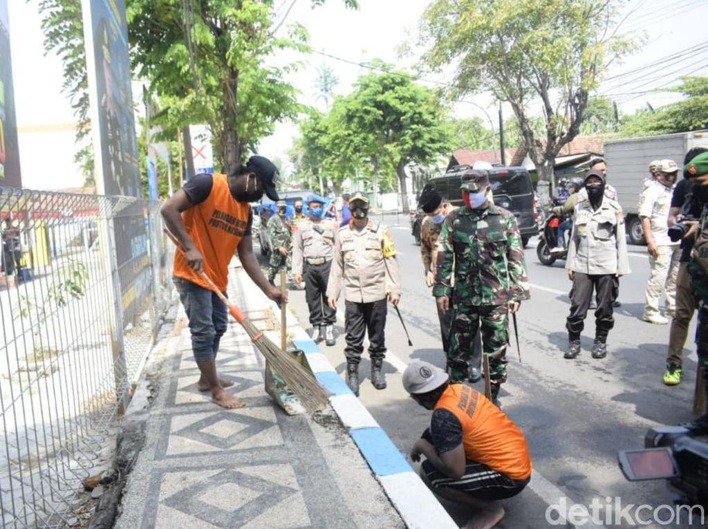 Puluhan Warga Kota Pasuruan Jadi Petugas Kebersihan karena Tak Bermasker