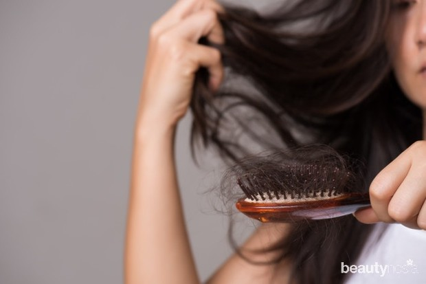 Cat rambut dapat membuat rambut mudah rontok.