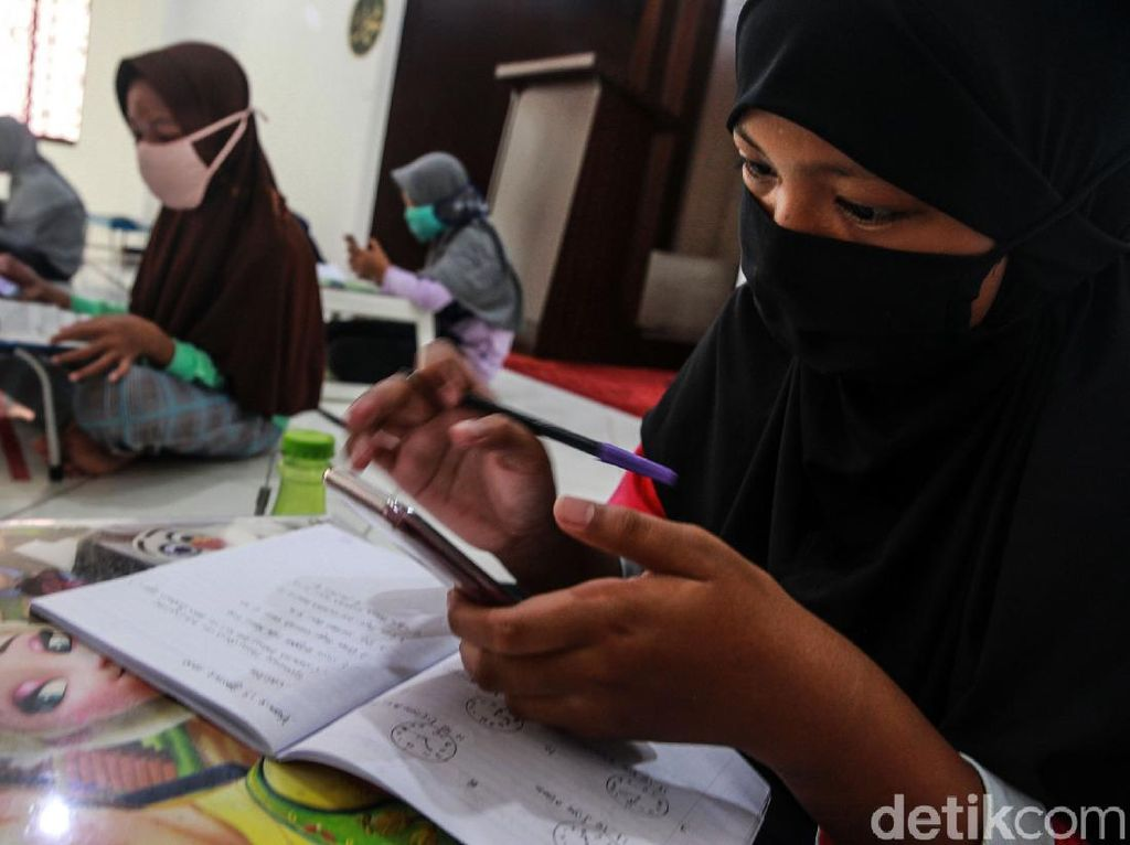 Foto Semangat Anak-anak Belajar Online di Masjid