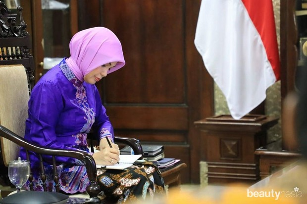 Koleksi foto istri Ganjar Pranowo Gurbernur Jawa Tengah, Siti Atikoh yang cantik memakai kebaya.