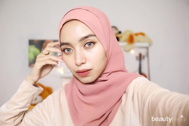 tips pilih hijab untuk kulit dengan undertone warm, pakai warna peach, terakota (jingga-cokelat), olive, biru langit, serta spektrum warna hangat seperti merah violet, ungu, merah oranye, dan oranye