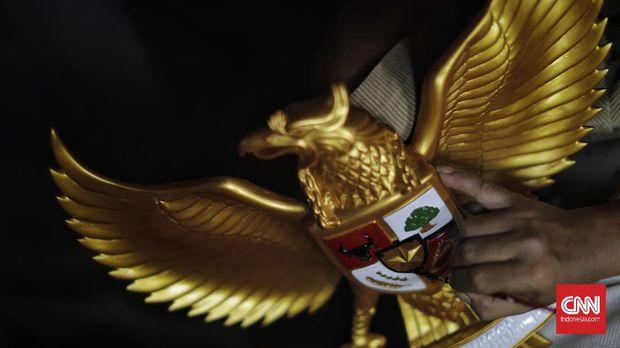 Pekerja menyelesaikan pembuatan patung lambang negara Garuda Pancasila yang terbuat dari bahan fiberglass di kawasan Kalimalang, Jakarta. Rabu, 13 Agustus 2020. Dalam sebulan mampu menyelesaikan pembuatan sekitar 400 patung yang dijual dengan harga Rp 250 ribu - Rp3 juta tergantung ukuran.  (CNN Indonesia/ Adhi Wicaksono)