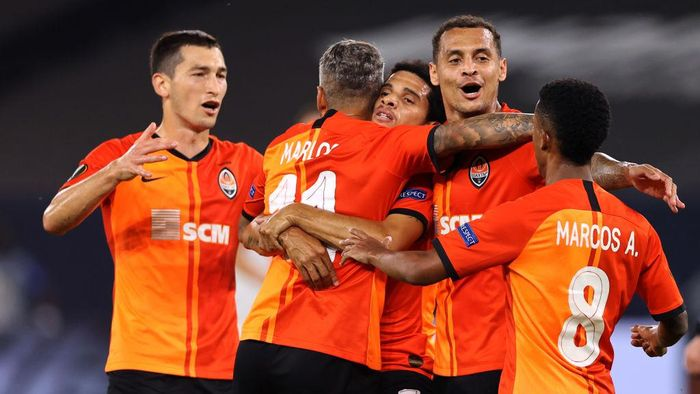 GELSENKIRCHEN, GERMANY - AUGUST 11: Taison of Shakhtar Donetsk celebrates with teammates after scoring his sides second goal during the UEFA Europa League Quarter Final between Shakhtar Donetsk and FC Basel at Veltins-Arena on August 11, 2020 in Gelsenkirchen, Germany. (Photo by Wolfgang Rattay/Pool via Getty Images)