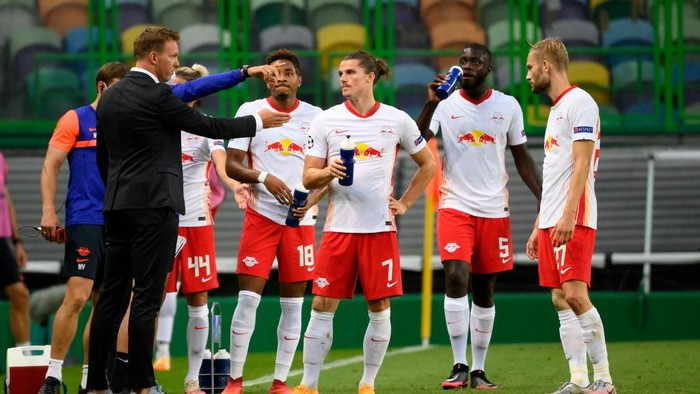 LISBON, PORTUGAL - AUGUST 13: Julian Nagelsmann, Head Coach of RB Leipzig speaks with Christopher Nkunku, Marcel Sabitzer, Dayot Upamecano and Konrad Laimer of RB Leipzig during the UEFA Champions League Quarter Final match between RB Leipzig and Club Atletico de Madrid at Estadio Jose Alvalade on August 13, 2020 in Lisbon, Portugal. (Photo by Lluis Gene/Getty Images)