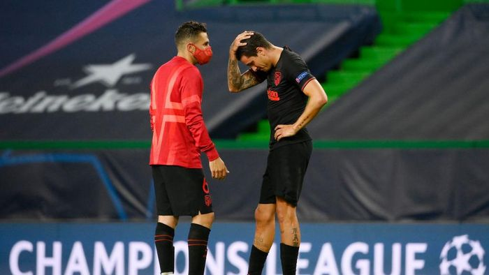 LISBON, PORTUGAL - AUGUST 13: Koke of Atletico de Madrid consoles Jose Gimenez of Atletico de Madrid following their teams defeat in the UEFA Champions League Quarter Final match between RB Leipzig and Club Atletico de Madrid at Estadio Jose Alvalade on August 13, 2020 in Lisbon, Portugal. (Photo by Lluis Gene/Getty Images)