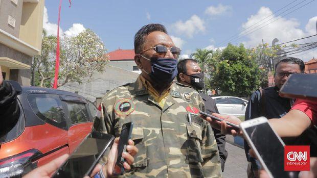 Ayah Jerinx mendatangi Polda Bali untuk memberikan dukungan kepada anaknya. (CNN Indonesia/Putu)