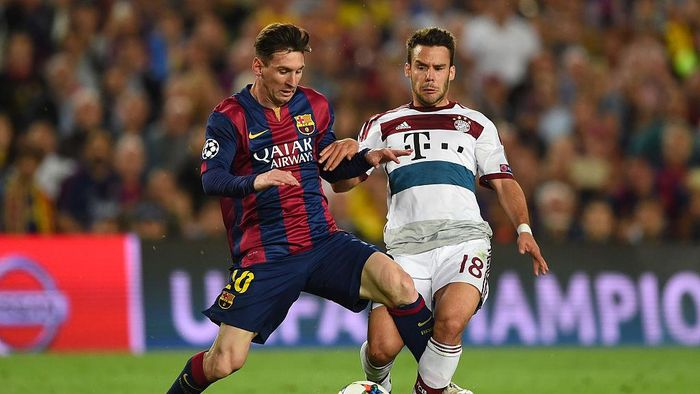 BARCELONA, SPAIN - MAY 06:  Lionel Messi of Barcelona and Juan Bernat of Bayern Muenchen battle for the ball during the UEFA Champions League Semi Final, first leg match between FC Barcelona and FC Bayern Muenchen at Camp Nou on May 6, 2015 in Barcelona, Spain.  (Photo by Shaun Botterill/Getty Images)