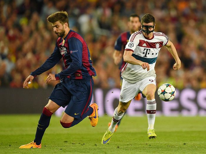 BARCELONA, SPAIN - MAY 06:  Robert Lewandowski of Bayern Muenchen cuts inside Gerard Pique of Barcelona during the UEFA Champions League Semi Final, first leg match between FC Barcelona and FC Bayern Muenchen at Camp Nou on May 6, 2015 in Barcelona, Spain.  (Photo by Shaun Botterill/Getty Images)