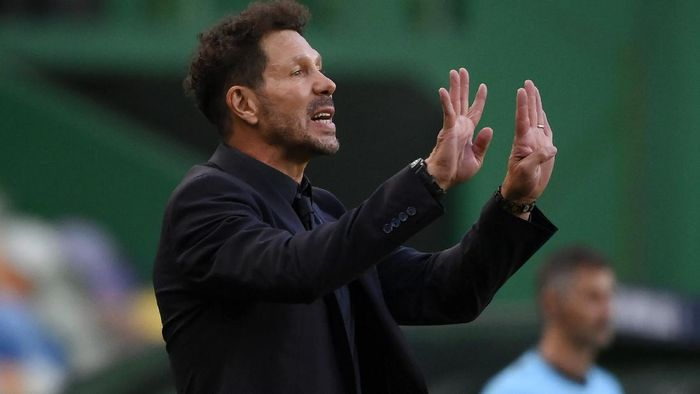 LISBON, PORTUGAL - AUGUST 13: Diego Simeone, Head Coach of Atletico de Madrid gives his team instructions during the UEFA Champions League Quarter Final match between RB Leipzig and Club Atletico de Madrid at Estadio Jose Alvalade on August 13, 2020 in Lisbon, Portugal. (Photo by Lluis Gene/Getty Images)