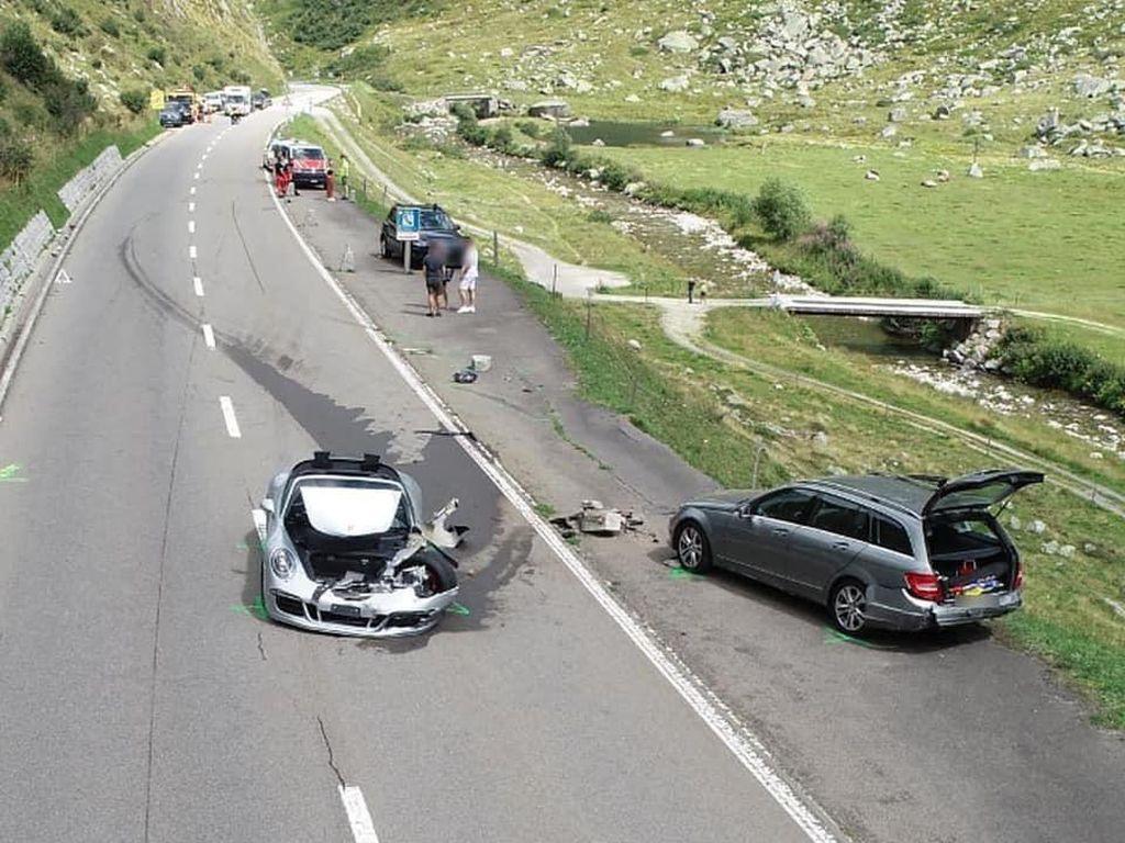 Gegara Nyalip Mobil Lambat, Porsche 911 dan Bugatti Chiron Ringsek