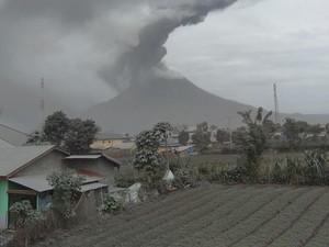 Gunung Sinabung Erupsi Lagi Pagi Ini, Kolom Abu Capai 2.100 Meter