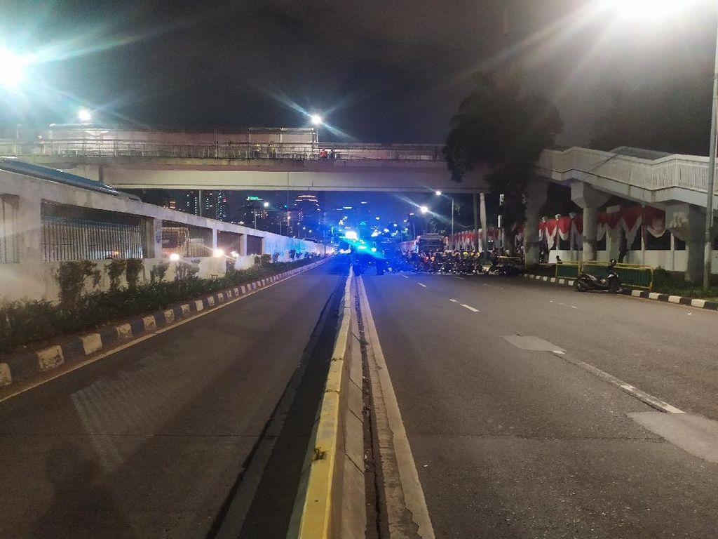 Massa Buruh-Mahasiswa Masih Bertahan, Lalin Jalan Gatsu Depan DPR Ditutup