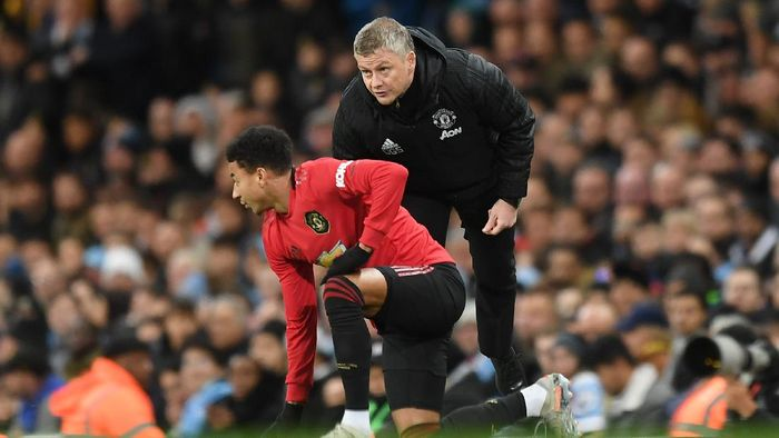 MANCHESTER, ENGLAND - DECEMBER 07: Ole Gunnar Solskjaer, Manager of Manchester United gives instructions to Jesse Lingard of Manchester United during the Premier League match between Manchester City and Manchester United at Etihad Stadium on December 07, 2019 in Manchester, United Kingdom. (Photo by Michael Regan/Getty Images)