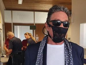 Tentang John McAfee, Miliarder Antivirus yang Pakai Thong Jadi Masker