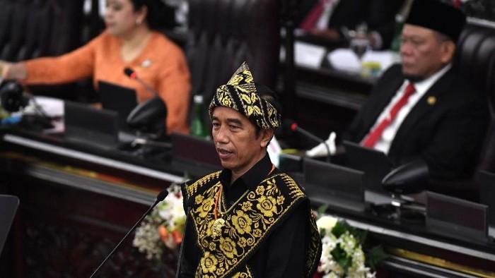 Presiden Joko Widodo (Jokowi) bersiap menyampaikan pidato dalam rangka penyampaian laporan kinerja lembaga-lembaga negara dan pidato dalam rangka HUT ke-75 Kemerdekaan RI pada sidang tahunan MPR dan Sidang Bersama DPR-DPD di Komplek Parlemen, Senayan, Jakarta, Jumat (14/8/2020). ANTARA FOTO/Akbar Nugroho Gumay/pras.