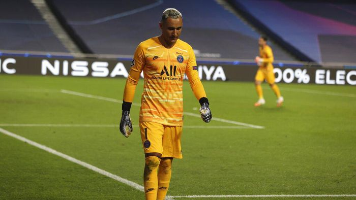 PSGs goalkeeper Keylor Navas leaves the pitch after an injuring during the Champions League quarter-final soccer match between Atalanta and Paris Saint-Germain, at the Luz stadium in Lisbon, Portugal, Wednesday, Aug. 12, 2020. (Rafael Marchante/Pool via AP)