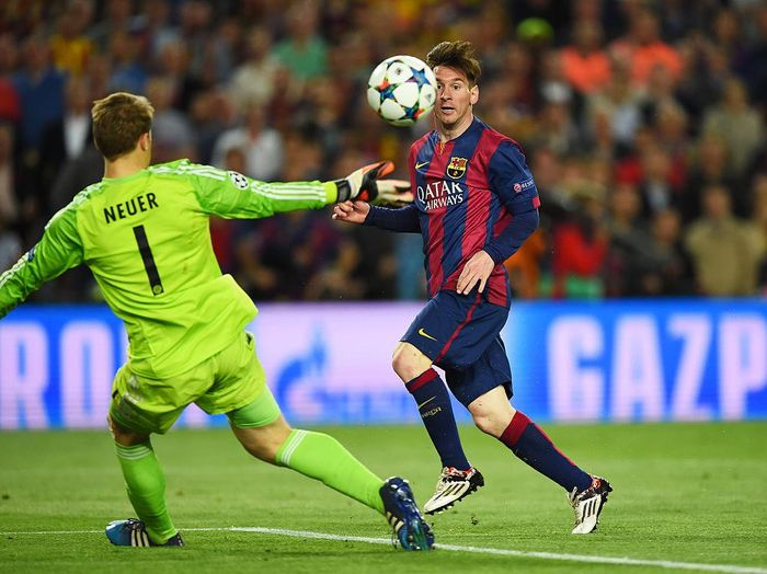 BARCELONA, SPAIN - MAY 06:  Lionel Messi of Barcelona chips the ball over goalkeeper Manuel Neuer of Bayern Muenchen to score his teams second goal during the UEFA Champions League Semi Final, first leg match between FC Barcelona and FC Bayern Muenchen at Camp Nou on May 6, 2015 in Barcelona, Spain.  (Photo by Shaun Botterill/Getty Images)