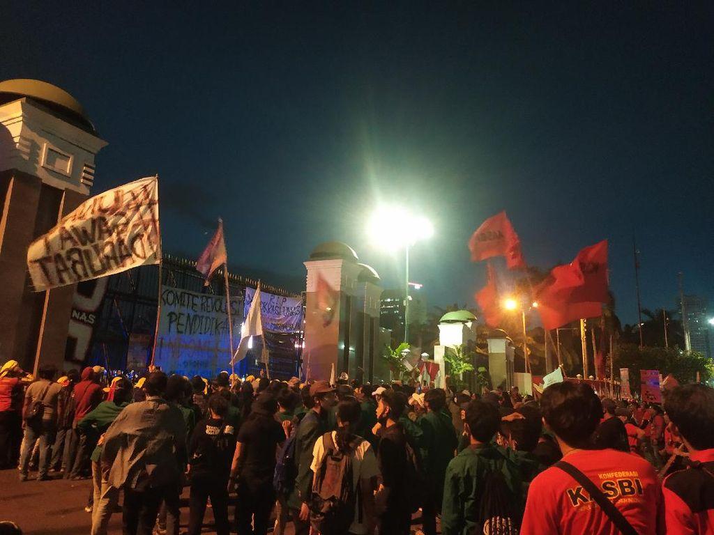 Massa Demo Berkumpul di Depan DPR, Lalin Jalan Gatsu Hanya Lewat Busway