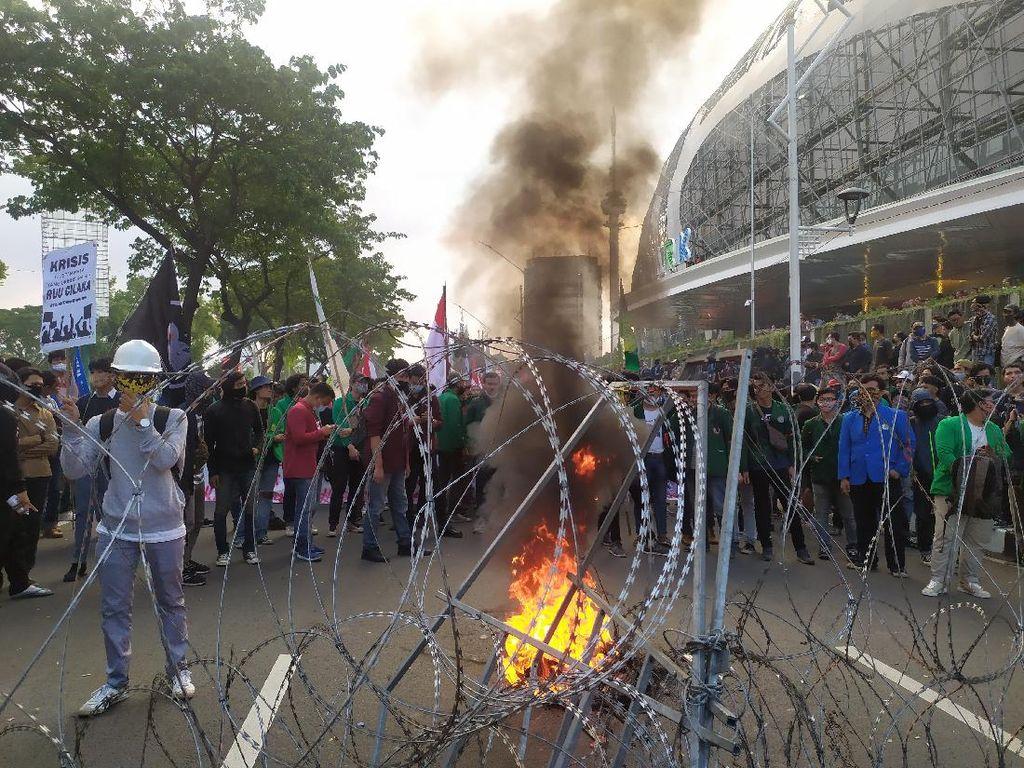 Massa Aksi Demo di Jalan Pemuda Jakpus Bakar Ban