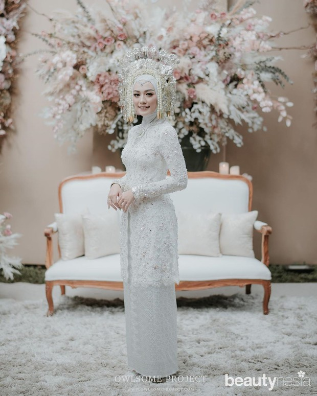 Penonjolan warna putih terlihat sempurna ketika Mega memilih hijab dengan warna yang senada pula