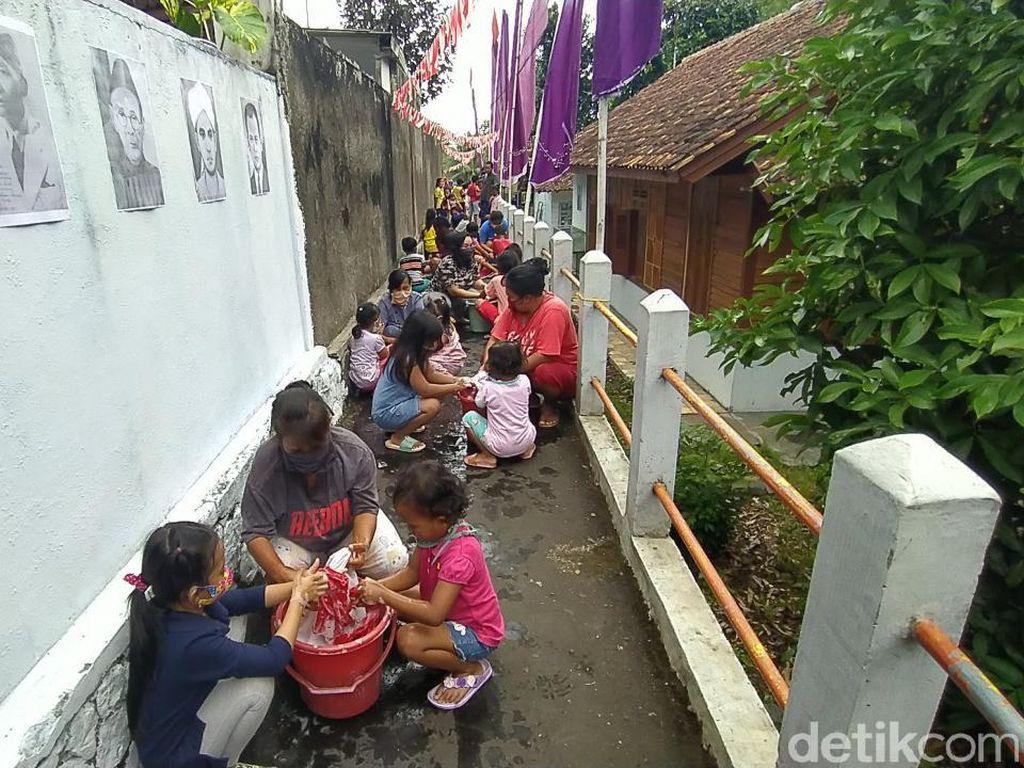 Jelang Hari Kemerdekaan, Anak-anak dan Ibu di Ciamis Cuci Bendera Bersama