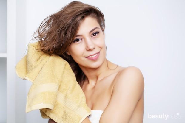 Keringkan rambut keriting menggunakan handuk lembut secara perlahan.