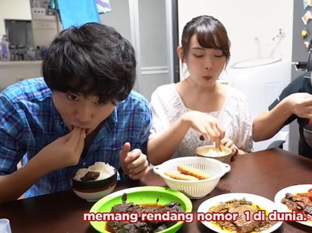 Momen Jerome Polin Ajak Orang Jepang Makan Tempe dan Dendeng Balado Pakai Tangan