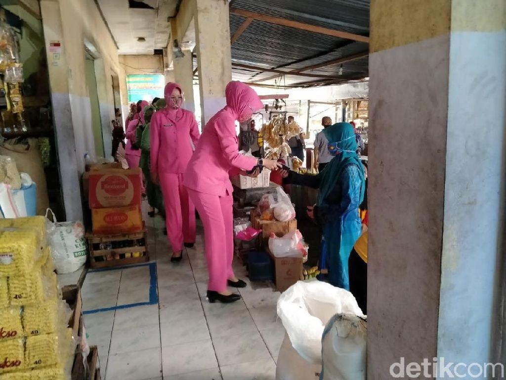 Dukung Suami, Emak-emak Polisi dan TNI Ngawi Blusukan Perangi COVID-19