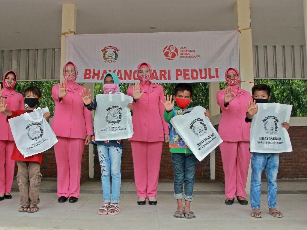 Polwan-Bhayangkari NTB Bagikan Tas Sekolah ke Anak-anak di Mandalika