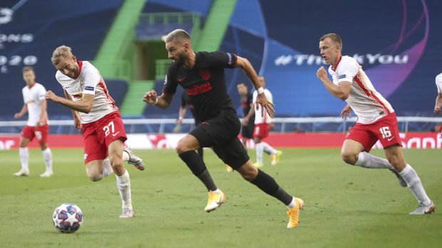 Atletico Madrid's Yannick Carrasco, center, challenges for the ball with Leipzig's Konrad Laimer, left, during the Champions League quarterfinal match between RB Leipzig and Atletico Madrid at the Jose Alvalade stadium in Lisbon, Portugal, Thursday, Aug. 13, 2020. (Miguel A. Lopes/Pool Photo via AP)