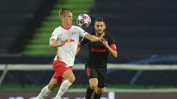 Leipzig's Dani Olmo, left, challenges for the ball with Atletico Madrid's Koke during the Champions League quarterfinal match between RB Leipzig and Atletico Madrid at the Jose Alvalade stadium in Lisbon, Portugal, Thursday, Aug. 13, 2020. (Miguel A. Lopes/Pool Photo via AP)