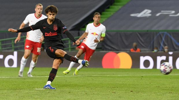 Atletico Madrid's Joao Felix scores his team's first goal from the penalty spot during the Champions League quarterfinal match between RB Leipzig and Atletico Madrid at the Jose Alvalade stadium in Lisbon, Portugal, Thursday, Aug. 13, 2020. (Lluis Gene/Pool Photo via AP)