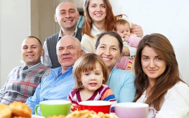 Potret Keluarga di depan kamera