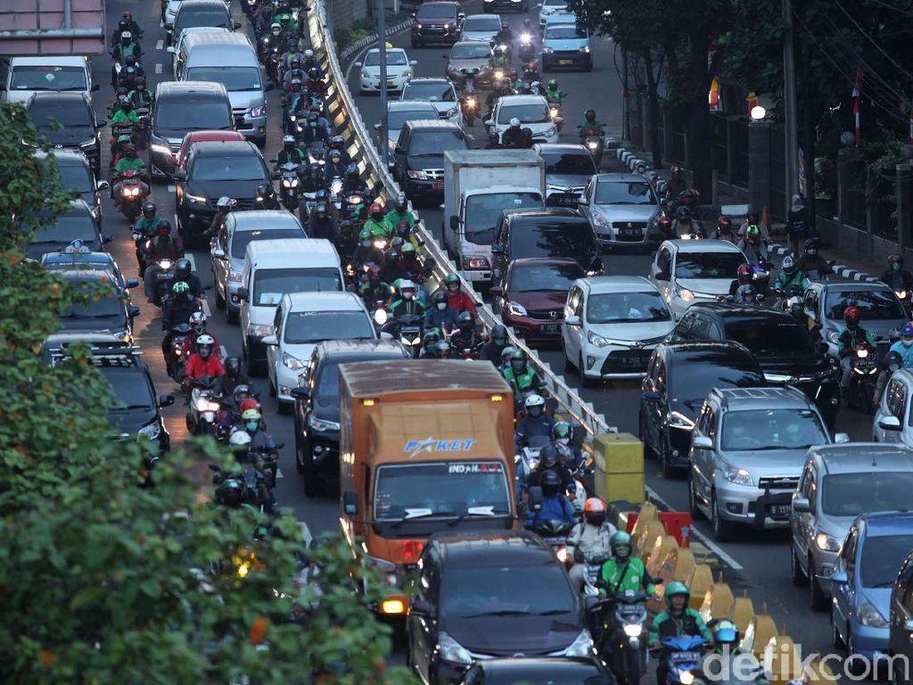 Kena Ganjil Genap, Pengguna Motor Disebut Tidak Siap Pindah ke Angkutan Umum