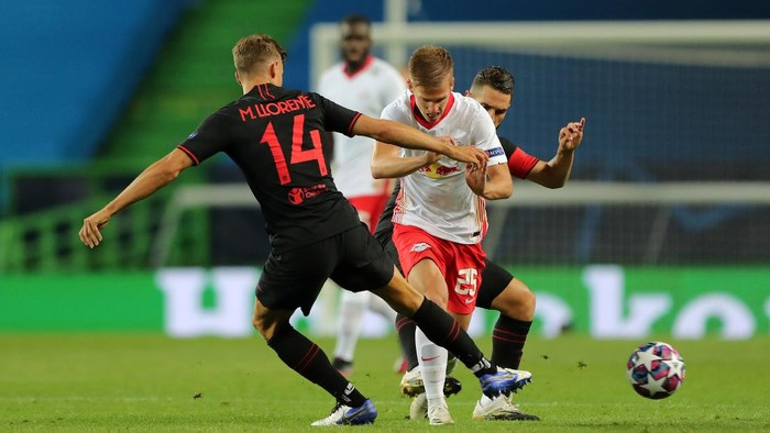LISBON, PORTUGAL - AUGUST 13: Dani Olmo of RB Leipzig is challenged by Marcos Llorente of Atletico de Madrid during the UEFA Champions League Quarter Final match between RB Leipzig and Club Atletico de Madrid at Estadio Jose Alvalade on August 13, 2020 in Lisbon, Portugal. (Photo by Miguel A. Lopes/Pool via Getty Images)
