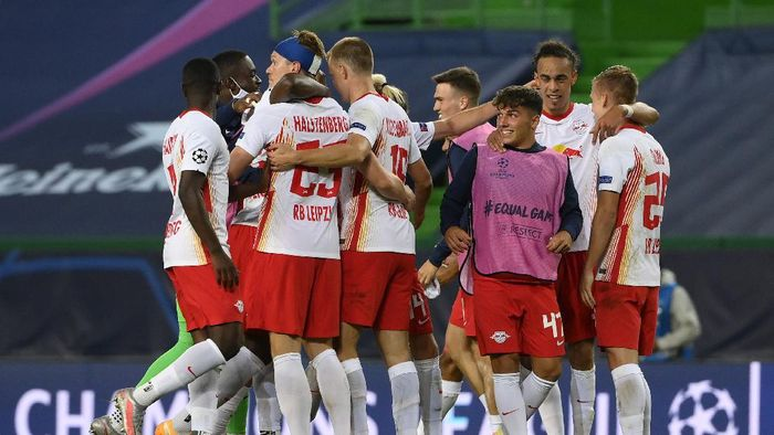 LISBON, PORTUGAL - AUGUST 13: RB Leipzig players celebrate following their teams victory in the UEFA Champions League Quarter Final match between RB Leipzig and Club Atletico de Madrid at Estadio Jose Alvalade on August 13, 2020 in Lisbon, Portugal. (Photo by Lluis Gene/Getty Images)