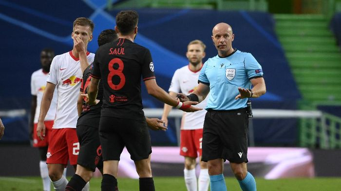 LISBON, PORTUGAL - AUGUST 13: Saul Niguez of Atletico de Madrid and Stefan Savic of Atletico de Madrid confront referee Szymon Marciniak  during the UEFA Champions League Quarter Final match between RB Leipzig and Club Atletico de Madrid at Estadio Jose Alvalade on August 13, 2020 in Lisbon, Portugal. (Photo by Lluis Gene/Getty Images)